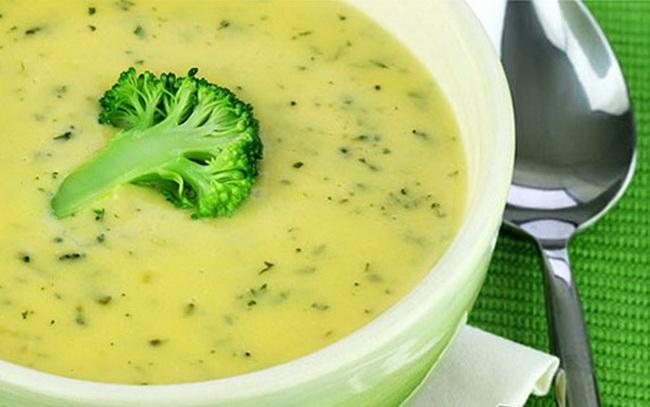 суп-из-цветной -капусты-с-картофелем-зелёным-горошком-и-луком-пореем