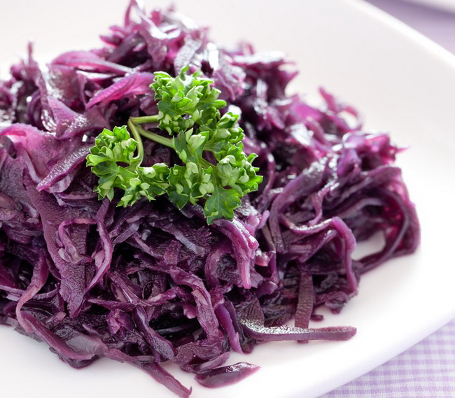Salat-iz-krasnokochannoy-kapustyi